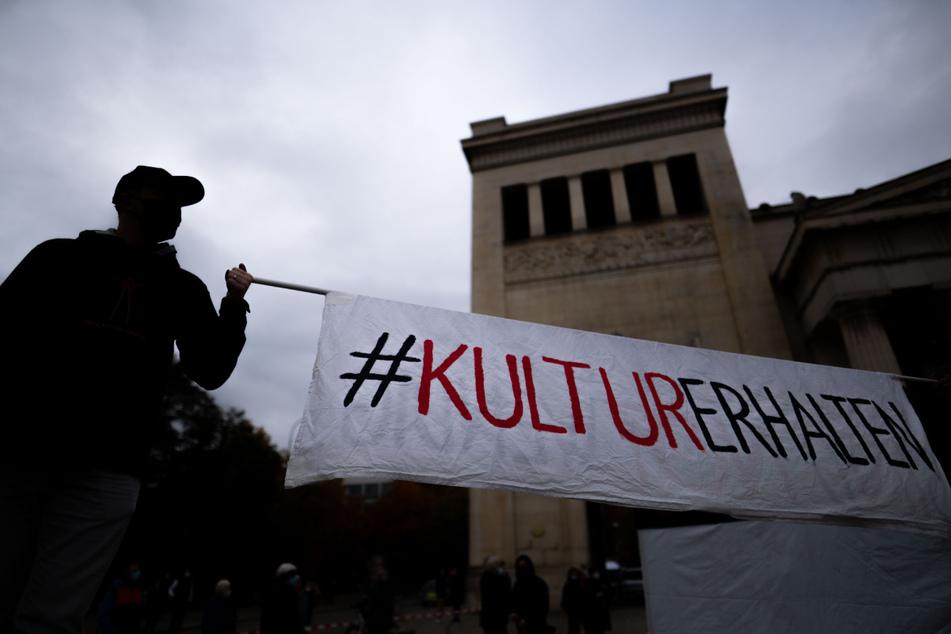 """Unter dem Motto """"Aufstehen für die Kultur"""" erinnern in München Künstler an die schwierigen Lebenssituationen, die aus der Coronakrise für viele Kulturschaffende entstanden sind."""