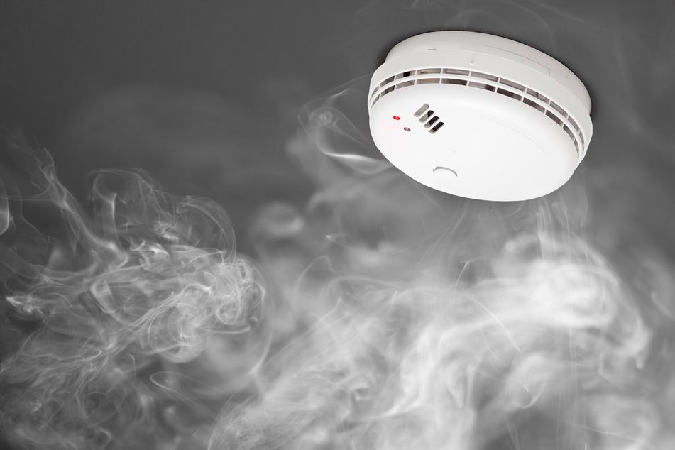 Rentner schläft beim Rauchen ein: Brandmelder rettet ihm das Leben