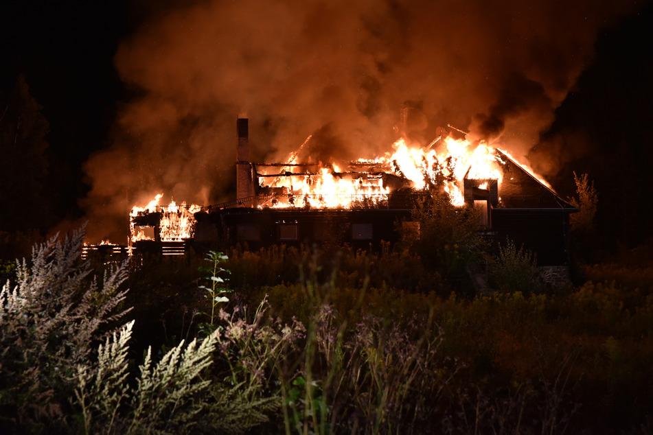 Das ehemalige Ferienheim stand komplett in Flammen.