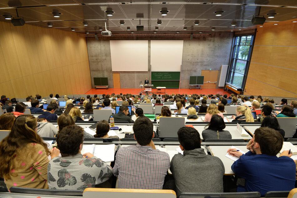 Potsdam: Studienanfänger sitzen während ihrer ersten Juravorlesung in einem Hörsaal der Juristischen Fakultät der Universität Potsdam.