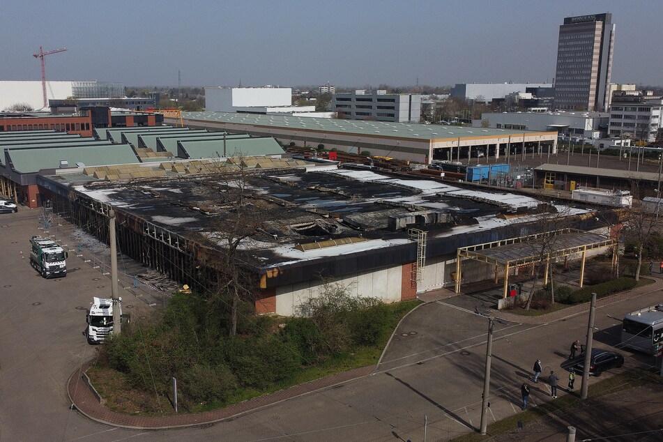 Die Ausgebrannte Abstellhalle der Rheinbahn in Düsseldorf. In der Nacht zum Donnerstag wurden nach Angaben der Feuerwehr 38 Linienbusse zerstört.