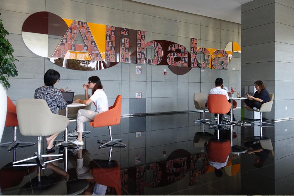 Mitarbeiter sitzen in einem Foyer der Firmenzentrale des chinesischen Internet-Konzerns Alibaba in Hangzhou.