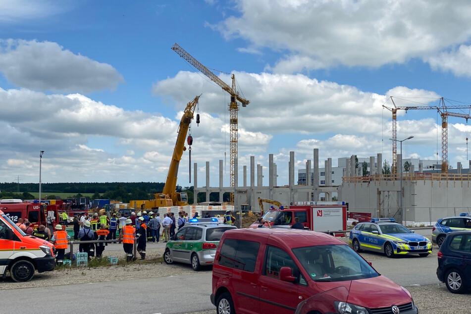 Zahlreiche Rettungskräfte sind am Unglücksort in Vilsbiburg im Einsatz.
