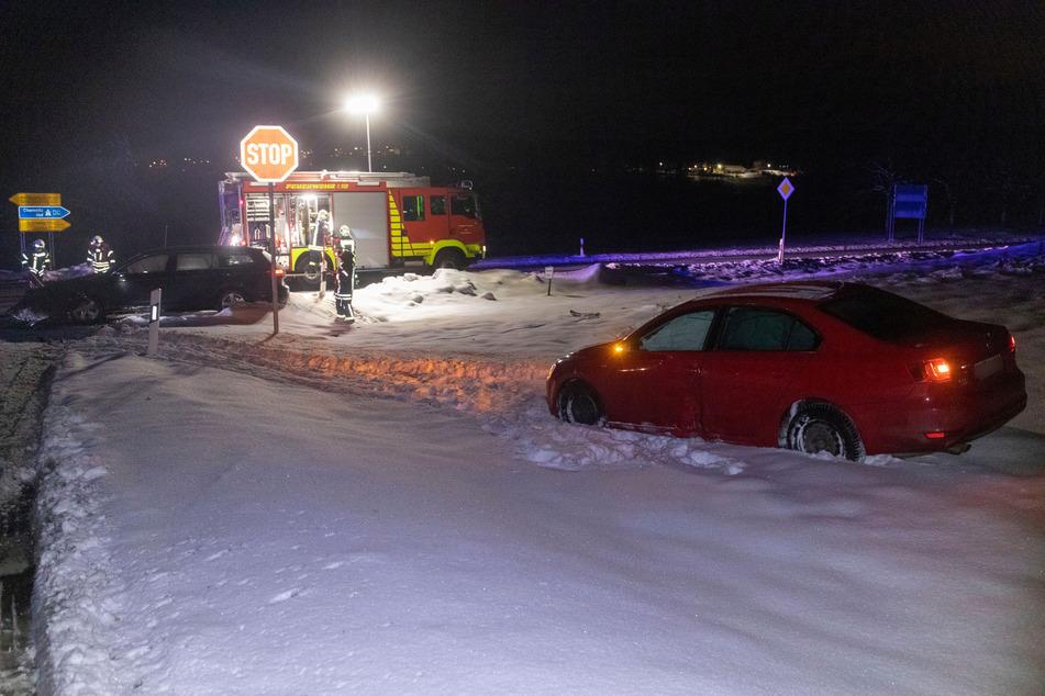 Bei einem Kreuzungs-Crash in Elterlein krachten am Montag zwei VWs zusammen. Eines der Fahrzeuge wurde von der Straße geschleudert und landete im Schnee.