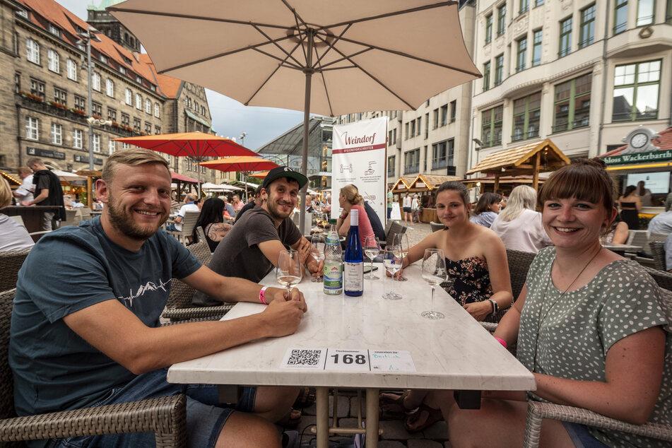 Benjamin Zschage (31), Oliver Fischer (29), Sophia Kurz (27) und Tina Beitlich (30, v.l.) genießen den Abend auf dem Markt.