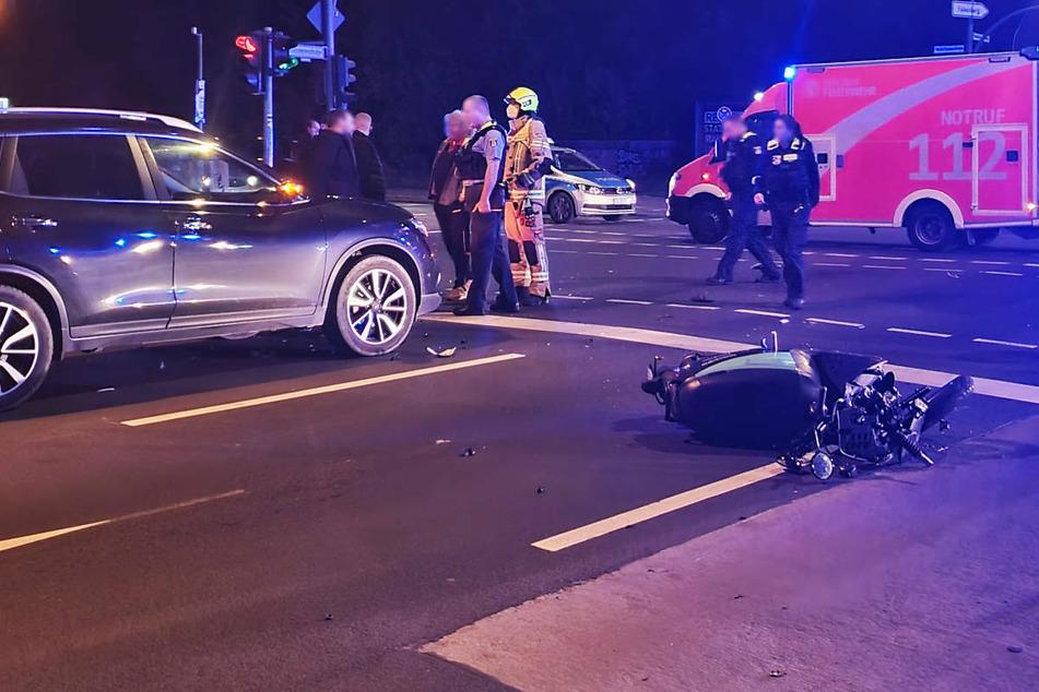 Der Leih-Roller liegt nach dem Crash mit einem Ford (nicht im Bild) mitten auf der Straße.
