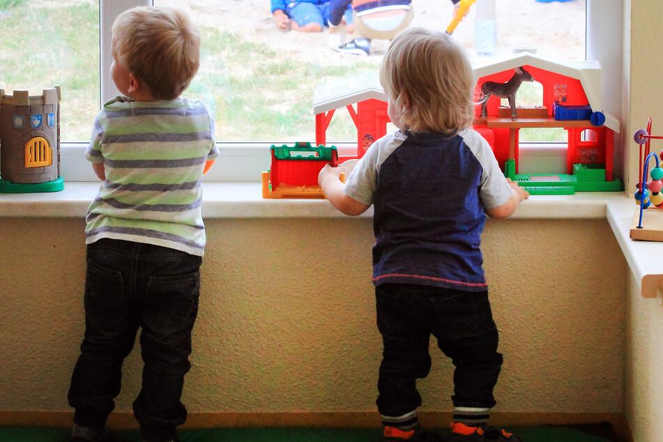 Kinder spielen in einer Kindertagesstätte (Symbolbild).