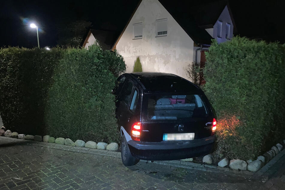 Betrunken und ohne Führerschein: Autofahrer rast in Gartenhecke und flüchtet
