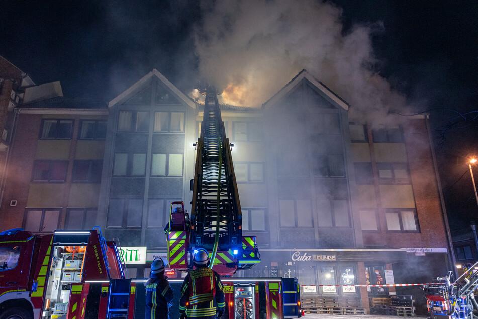 Flammen schlagen aus dem Dachstuhl des Wohnhauses.
