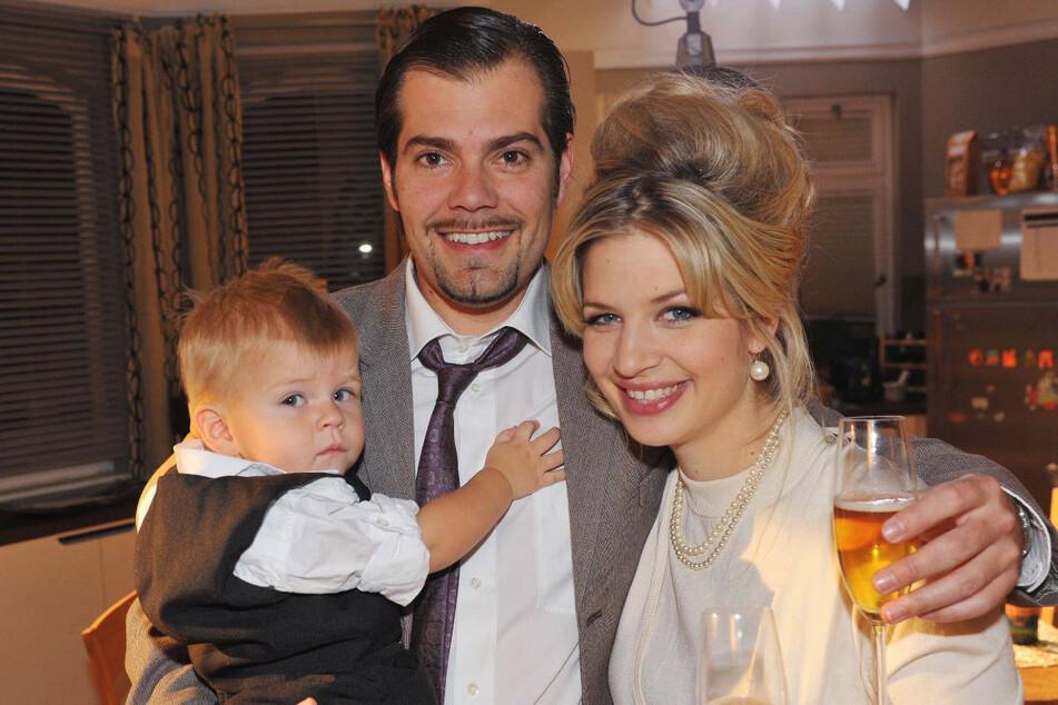 Leon (M.) träumt an Silvester 2011 von einem glücklichen Familienleben mit seiner verstorbenen Frau Verena und Sohn Oskar. Wird sein Traum zehn Jahre später doch noch in Erfüllung gehen?