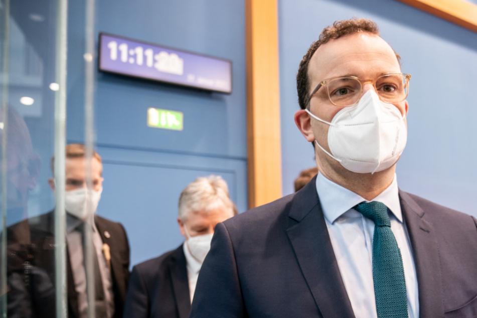 Jens Spahn (CDU), Bundesminister für Gesundheit, geht am Freitag nach einer Pressekonferenz zur aktuellen Lage in der Corona-Pandemie mit Maske aus dem Saal.