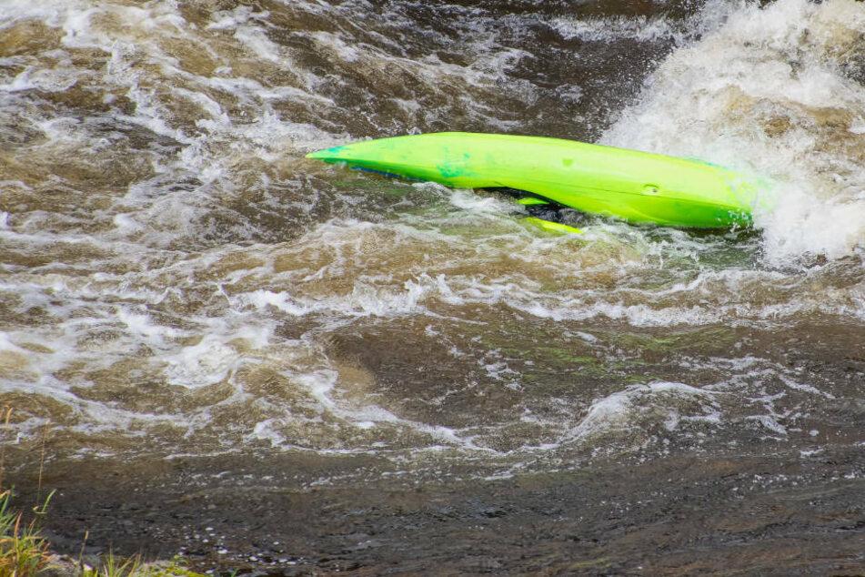 Ein gekentertes Kajak treibt im Wasser. Bei einem Rettungsversuch durch einen 48-jährigen Sportbootfahrer ist am Sonntag eine gekenterte Kajakfahrerin (20) schwer verletzt worden.