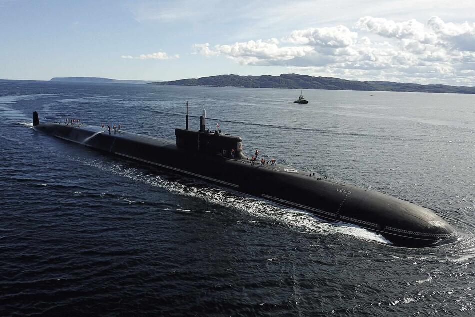 """Das russische Atom-U-Boot """"Knyaz Vladimir"""" fährt im Juni 2020 in die Marinebasis Gadschijewo ein."""