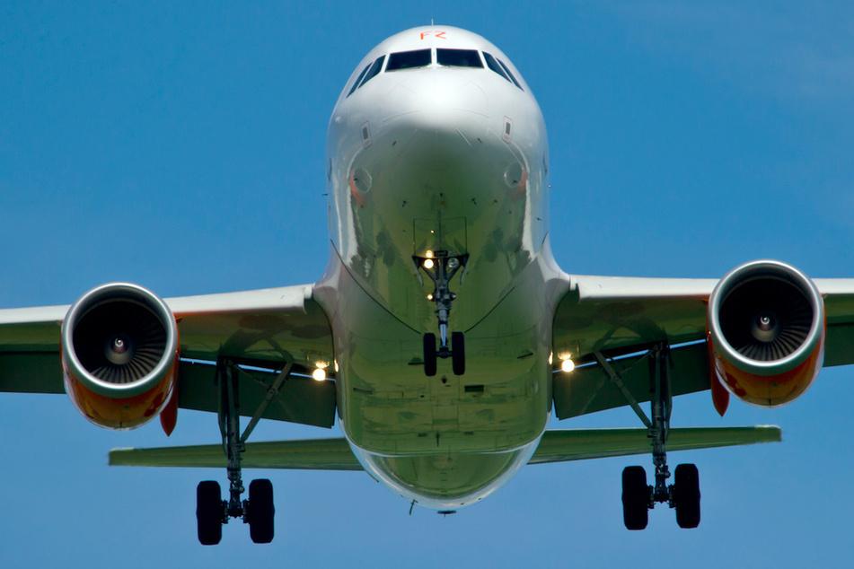 Fluggast will partout keine Maske tragen, Pilot hat die Schnauze voll