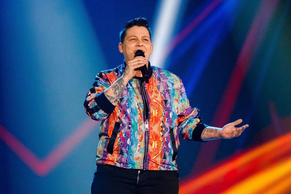 """Die Musikerin Kerstin Ott (39) tritt während der TV-Aufzeichnung der Silvester Show von BR, SRF und ORF auf. Ott, die 2018 mit ihrem Lied """"Regenbogenfarben"""" einen Hit landete, begrüßt vor dem deutschen EM-Spiel gegen Ungarn die vielen Solidaritätsbekundungen mit sexuellen Minderheiten."""