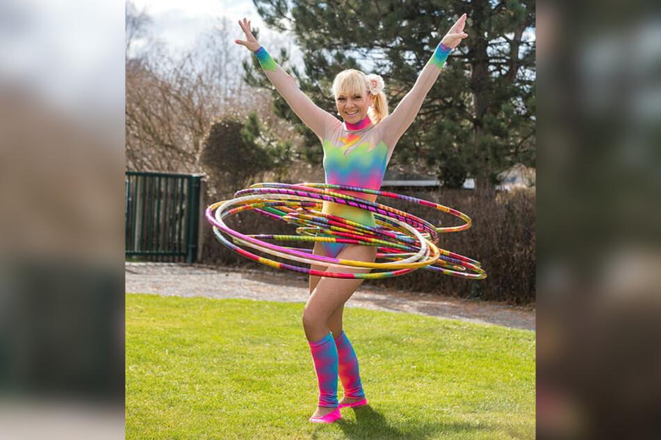 Mit Schwung und viel guter Laune lässt Carmen Schlese (46) im Garten die Reifen kreisen.