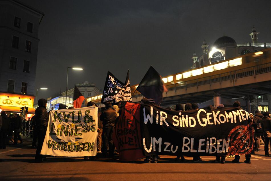 Menschen demonstrieren für den Verbleib der Wagenburg an der Köpenicker Straße.