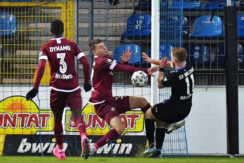 Kevin Ehlers (20, M.) hebt gegen den heranstürmenden Dominik Martinovic (23, r.) abwehrend die Hände, spielt dabei aber klar den Ball - Elfmeter, Rote Karte!