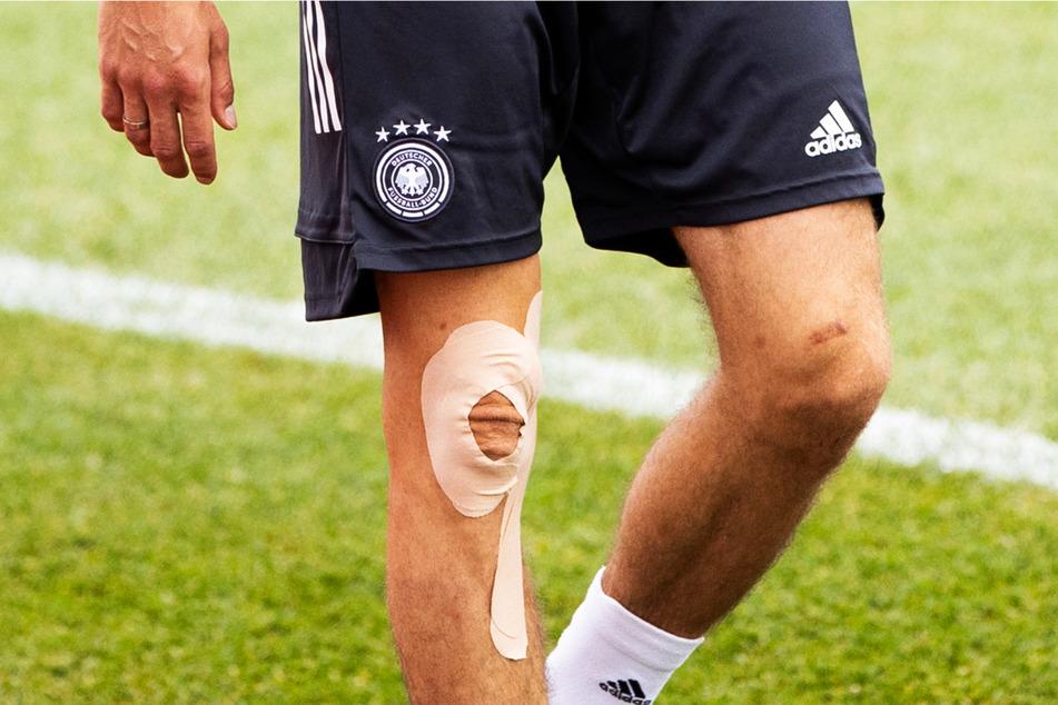 Wird dieses rechte Knie rechtzeitig fit? Ob Thomas Müller (31) spielen kann, entscheidet sich erst im Verlauf des Tages.