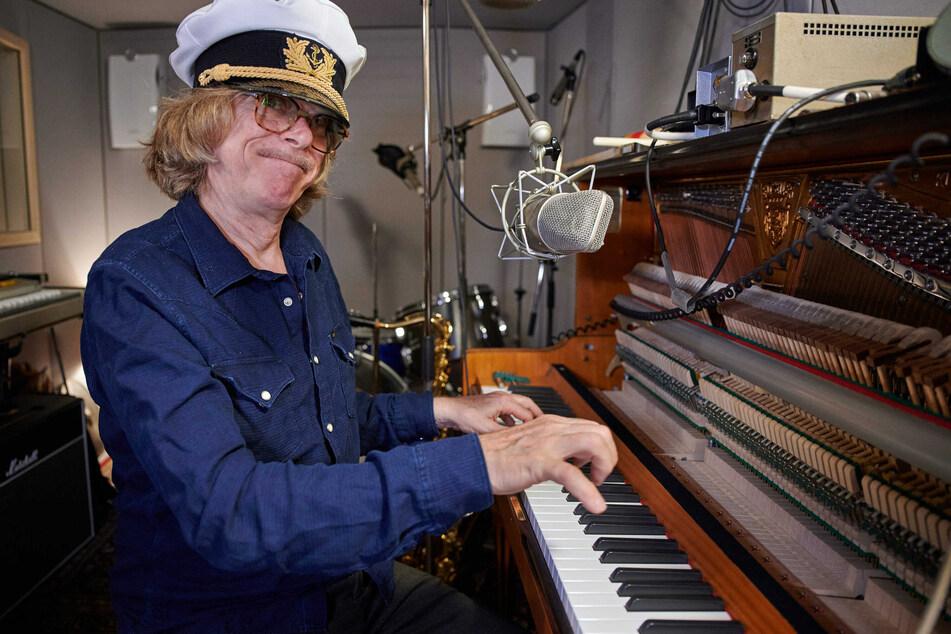 Helge Schneider (65) sitzt in dem kleinen Studio in seiner Wohnung am Klavier.