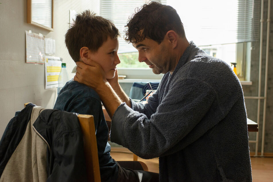 Vater und Sohn: Fabian (Andreas Döhler, 47, r.) und Bendix (Mika Tritto,).