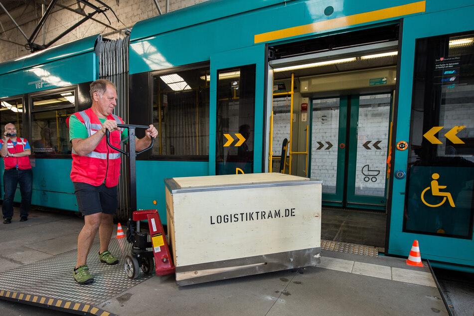 Schon im Jahr 2018 testete die Verkehrsgesellschaft Frankfurt am Main (VGF) eine Form der Warenzustellung per Straßenbahn und Lastenrad.
