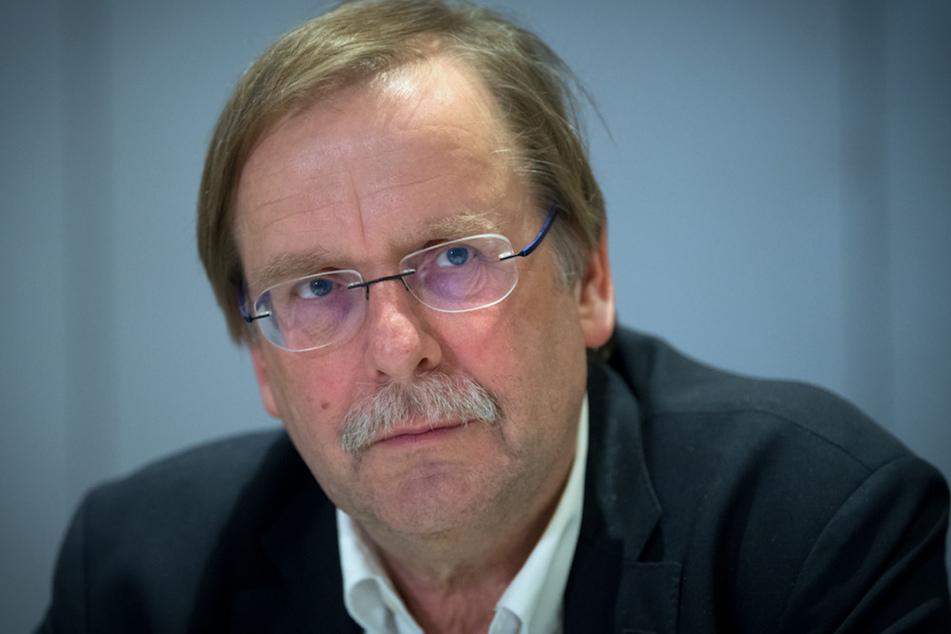 Rainer Koch, Vizepräsident des Deutschen Fußball-Bundes (DFB) und Präsident des Bayrischen Fußball-Verbandes (BFV), spricht auf der Pressekonferenz.
