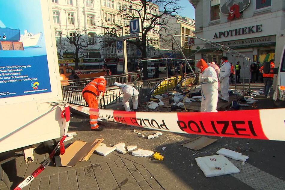 Unter Vollschutz bauen Mitarbeiter der Stadtreinigung das Zelt am Steindamm ab.