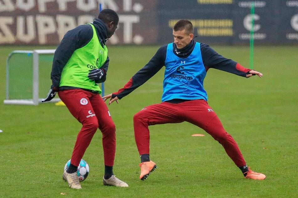 Der FC St. Pauli verpflichtet den polnischen Innenverteidiger Adam Dzwigala (r.).