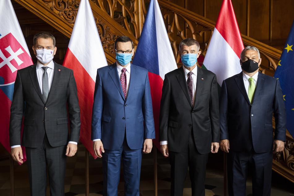 v.l.n.r.: Igor Matovic, Ministerpräsident der Slowakei; Mateusz Morawiecki, Ministerpräsident von Polen; Andrej Babis, Ministerpräsident von Tschechien; und Viktor Orban, Ministerpräsident von Ungarn, stehen anlässlich eines Treffen der Ministerpräsidenten der Visegrad-Gruppe auf Schloss Lednice.