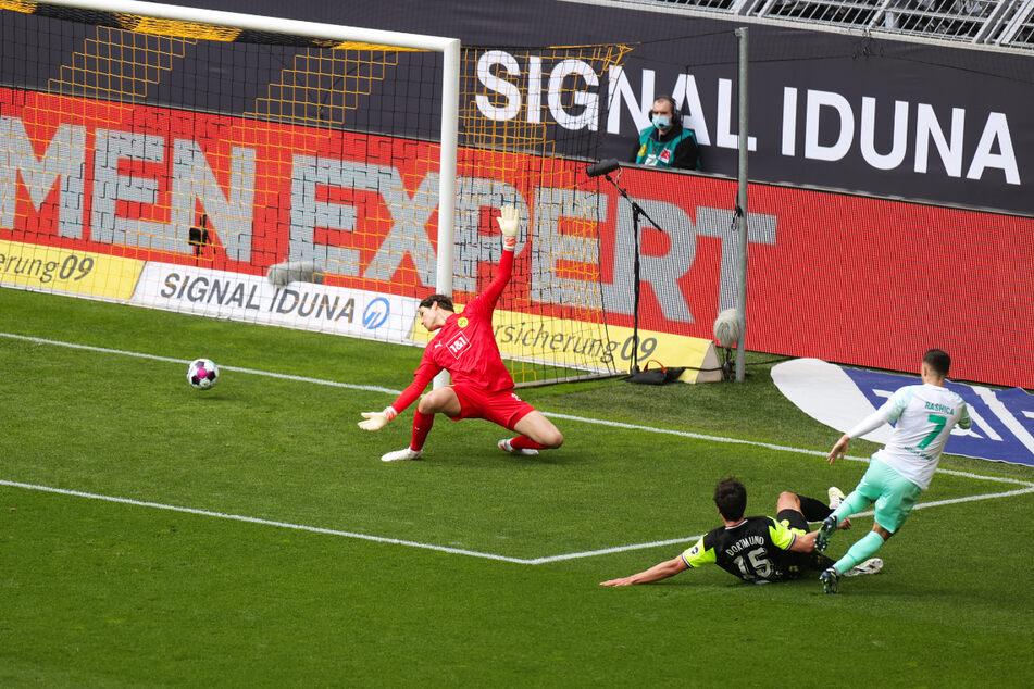Milot Rashica (r.) lief Mats Hummels (M.) davon und überwand BVB-Keeper Marwin Hitz mit seinem Schuss in die lange Ecke zum 1:0 für Werder Bremen.