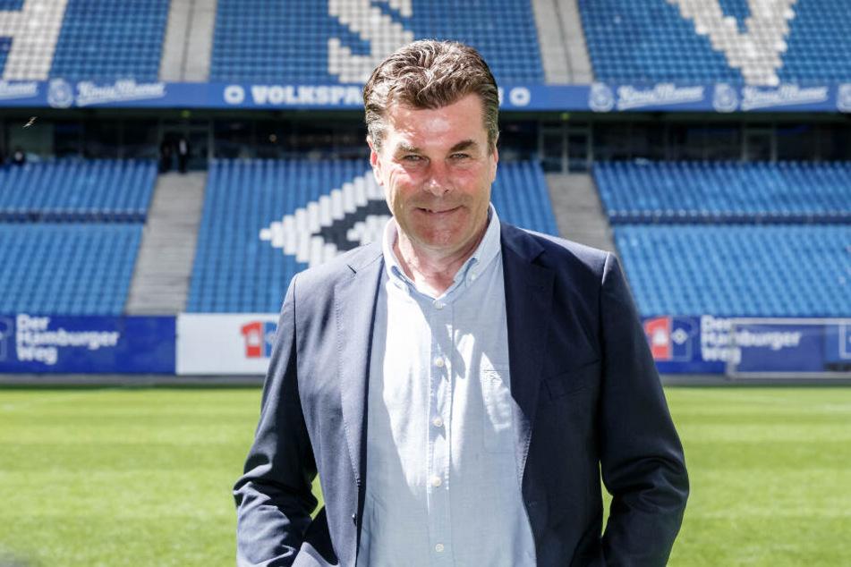 Dieter Hecking, neuer Trainer des Fussballbundesliga Zweitligisten Hamburger SV, steht auf dem Rasen des Volksparkstadions.