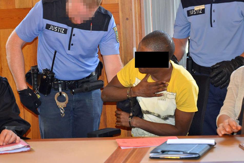 Da half auch kein Protest. Ibrahim M. (36) alias Ahmad Adam wurde noch im Saal verhaftet.
