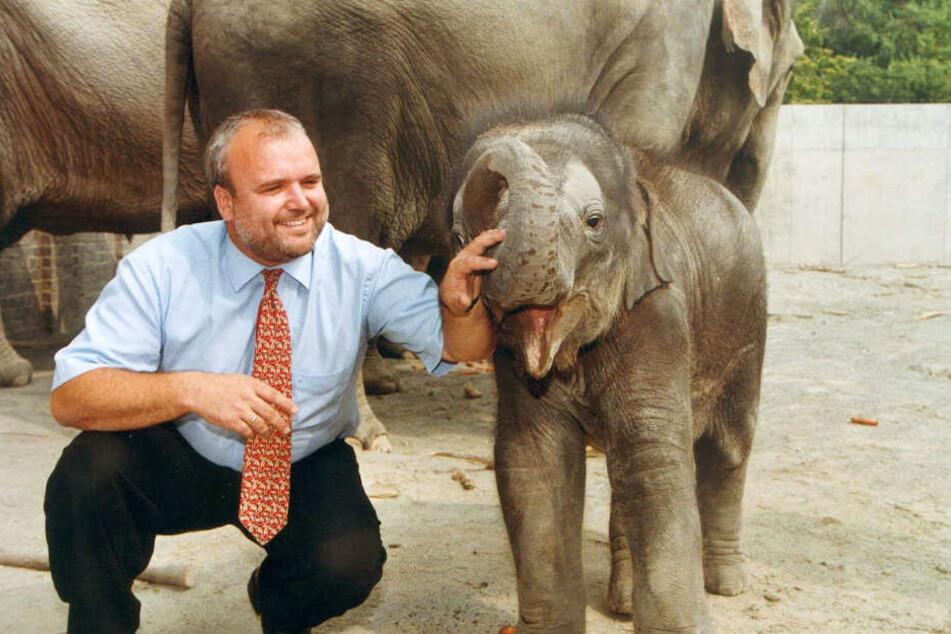 Zoodirektor Jörg Junhold mit dem 2002 geborenen Elefantenbullen Voi Nam, der mittlerweile zweifacher Papa ist. Er war der erste Elefantennachwuchs nach 66 Jahren in Leipzig.