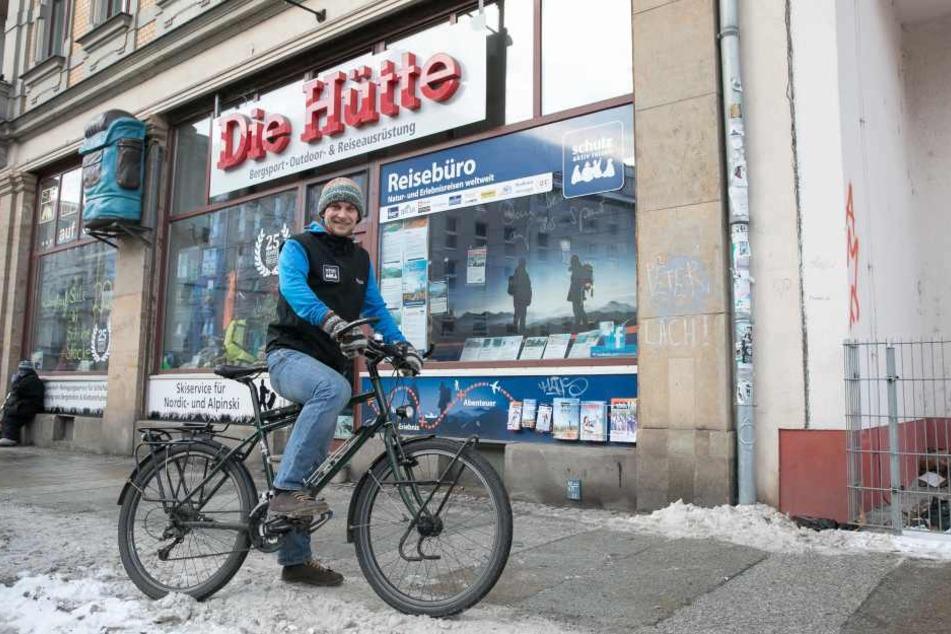 Ganz ohne Gepäck - Stefan Utke (29) in der Neustadt auf dem Weg zur  Arbeit.