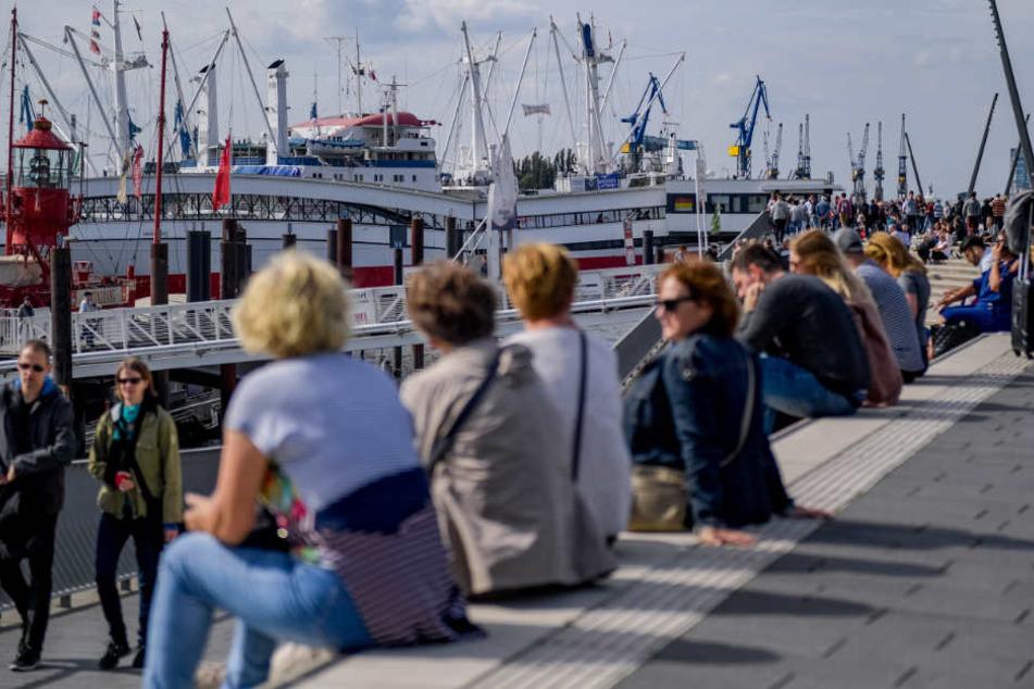 Das sommerliche Wetter lockt zahlreiche Besucher an die Landungsbrücken in Hamburg (Archivbild).