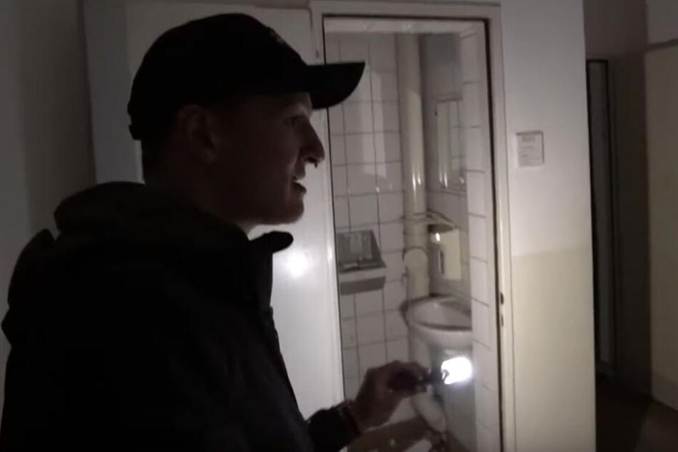 Felix, mit Lampe ausgerüstet, staunt über die erhaltenen Inneneinrichtung.