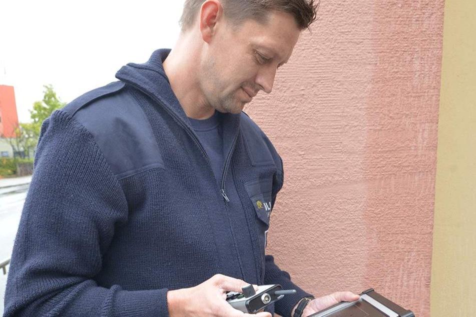 Sebastian Meyer (38) von der Polizeibehörde Limbach-Oberfrohnas kontrolliert  das neu angeschaffte Blitzgerät der Stadt.