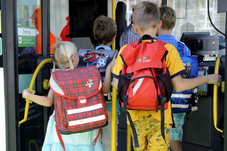Ein Schulbus geriet auf den glatten Straßen ins Wanken und kippte um, zwei Kinder wurden verletzt (Symbolbild)