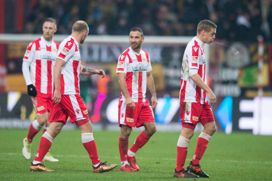 Dieser Saison kein seltener Anblick: Die Union-Spieler diskutieren über eine Niederlage – wie hier nach dem 0:1 gegen Dynamo Dresden..