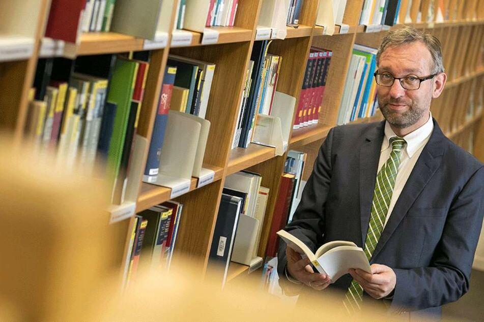 Dr. Roland Löffler (46) in der  Bibliothek der Landeszentrale für politische Bildung. Er möchte, dass seine  Einrichtung nicht nur als Haus für Dresden wahrgenommen wird.
