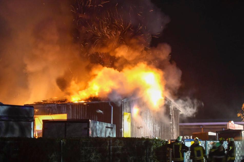 In Kastorf stand am Samstagabend eine Lagerhalle in Flammen.