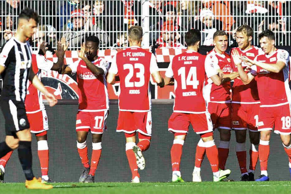 Die Mannschaft bejubelt das 1:0.