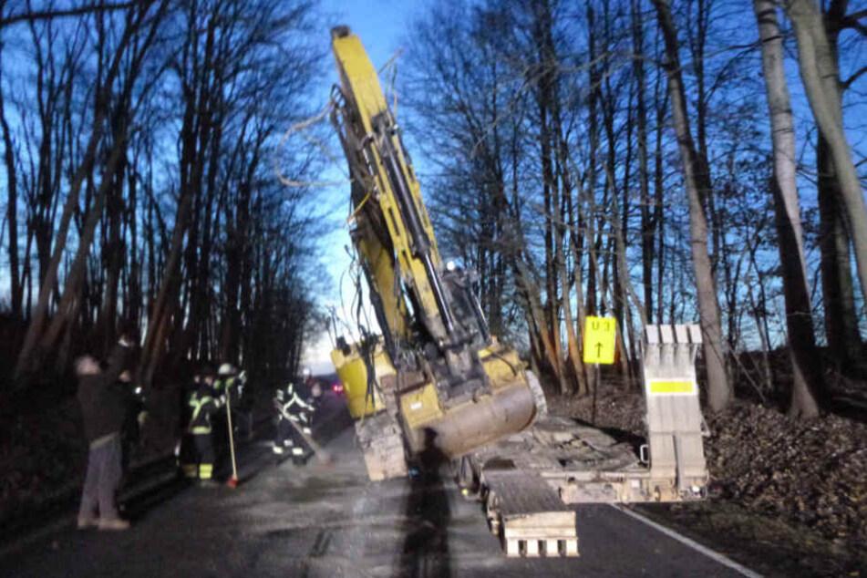 Die Fahrbahn musste nach dem Unfall komplett gesperrt werden.