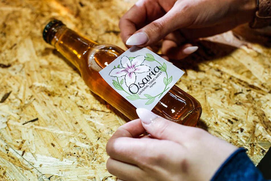 Alles ist echte Handarbeit, selbst das Etikettieren der Flaschen.