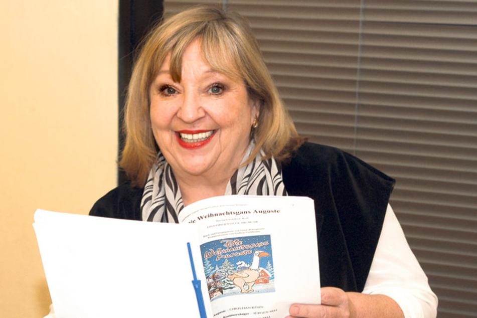 """Angelika Mann (67) büffelt den  Text für ihre Rolle in der """"Weihnachtsgans Auguste""""."""