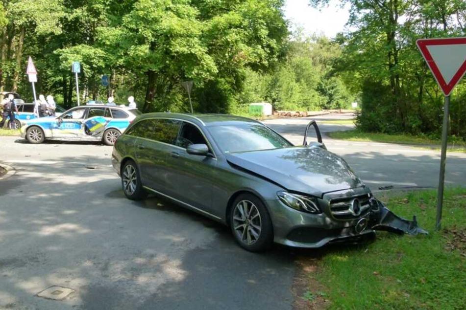 Ein Mercedes erwischte das Polizeiauto.
