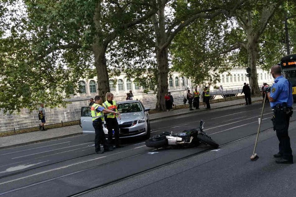 Nach vorläufigen Informationen der Polizei Dresden knallte der Skoda gegen das Krad.