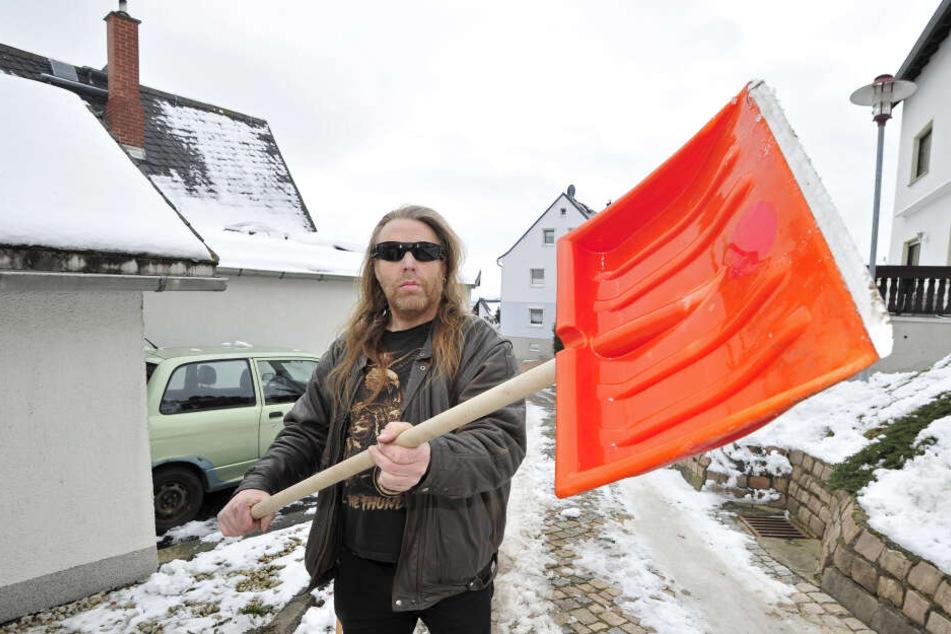 Diese Schneeschaufel zog Andreas Zetzsche (51) einer Nachbarin über den Kopf.