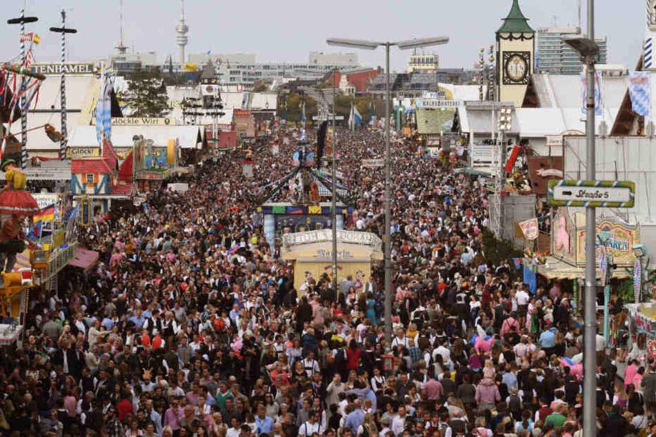 Unzählige Besucher sind auf dem Oktoberfest am letzten Tag der Wiesn vom Riesenrad aus zu sehen. (Archiv)